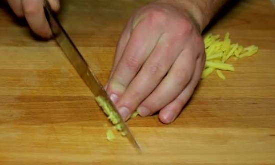 мелко нарезаем имбирь