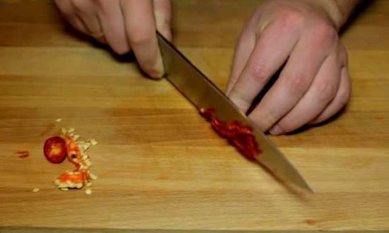 мелко крошим горький красный перец