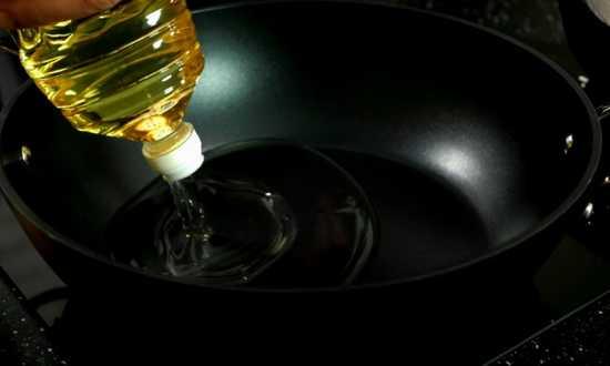 наливаем много растительного масла
