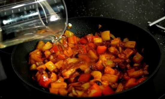 добавляем в сковороду сок ананаса