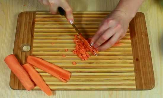 мелко нарезаем кубиками морковь