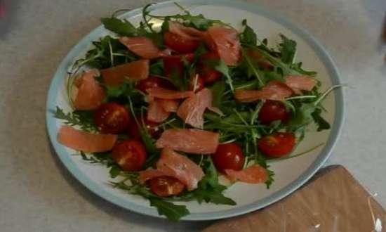 добавляем помидору и кусочки рыбы