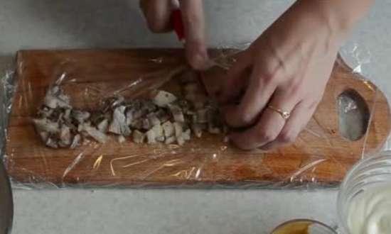 селедку режем мелко кубиками