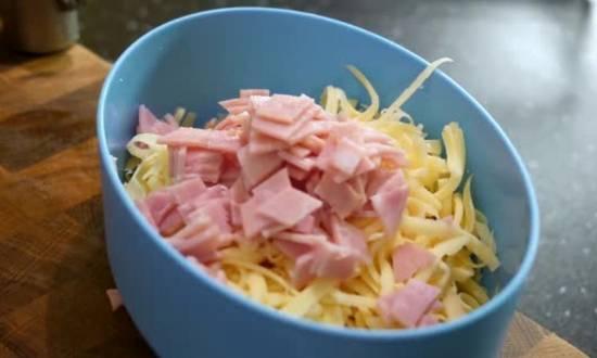 добавляем ветчину в миску с сыром
