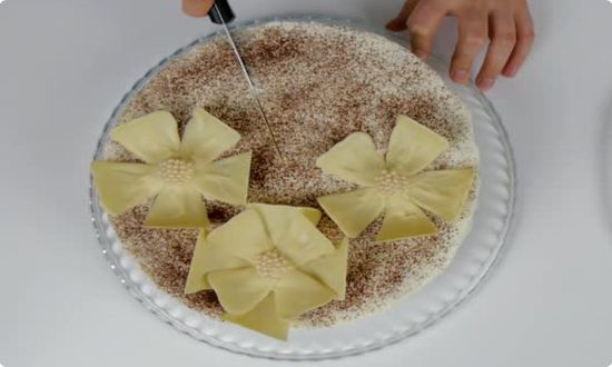 украшаем какао порошком и цветами