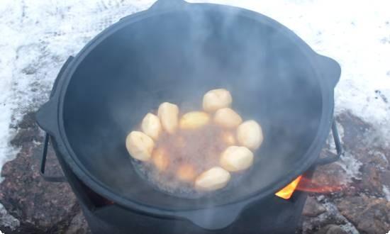 обжариваем картофель в казане