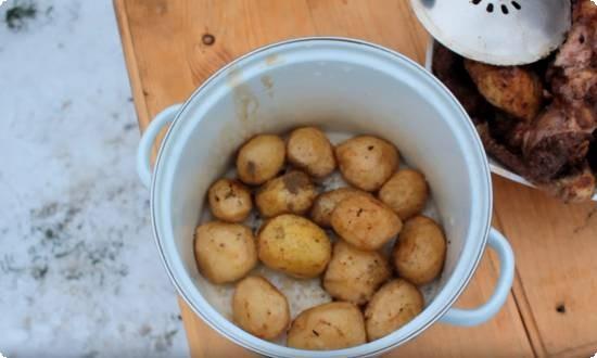 поджаренный картофель вынимаем из казана