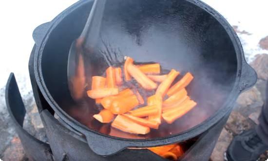 обжариваем в казане морковь