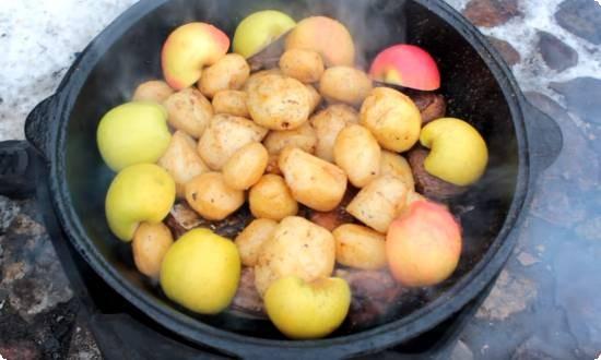укладываем картофель, яблоки