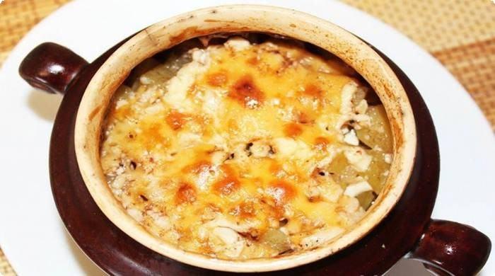 мясо в горшочках со сметаной и сыром