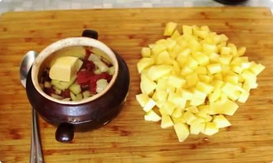 кубиками нарезаем картофель