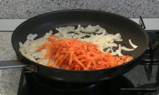 делаем зажарку из лука и моркови