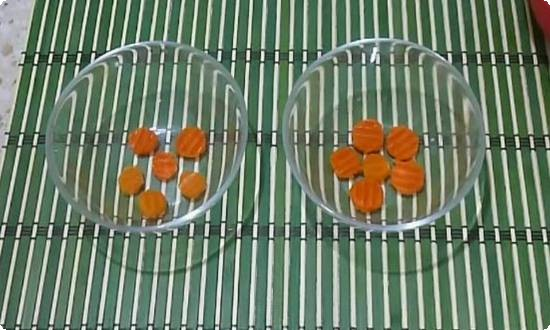 кладем морковку в миски