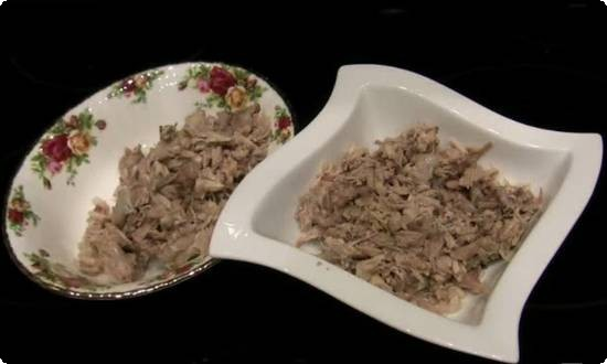 складываем мясо в глубокие тарелки