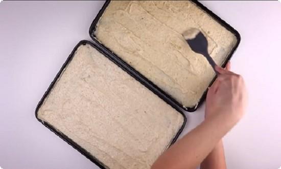 выкладываем тесто в 2 формы