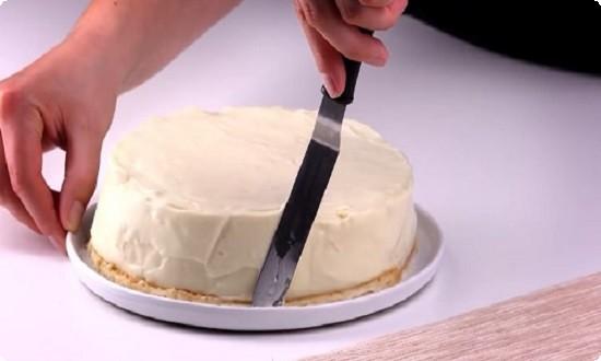 бока торта замазываем кремом