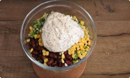 заправку кладем в салат