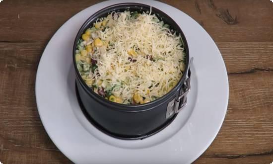 утрамбовываем салат, посыпаем натертым сыром