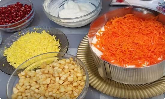 накладываем в форму морковь