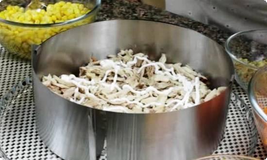 потом мясо, покрываем майонезом