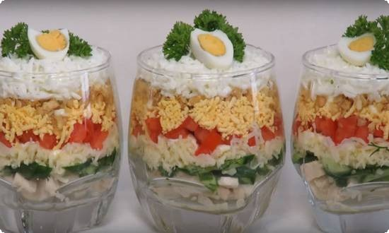 украшаем половинками яиц и зелень.
