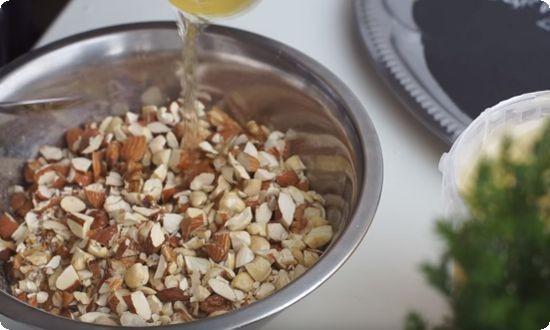 разведенный с водой мед добавляем в орехи