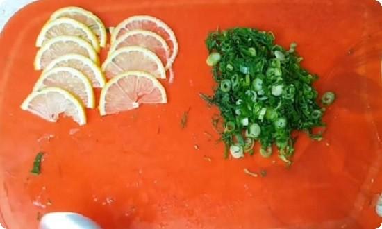 измельчаем зелень и лимон