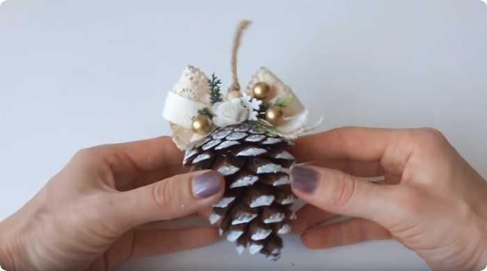 игрушка на елку из шишки