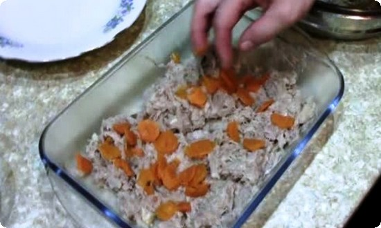 украшаем кусочками моркови