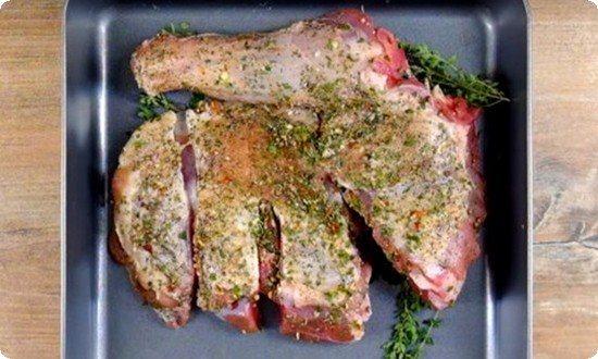 мясо кладем на противень