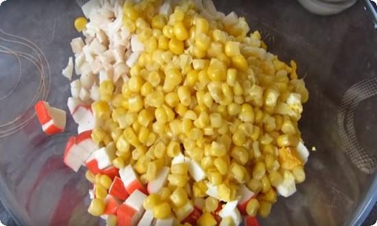 добавляем кукурузу и лук