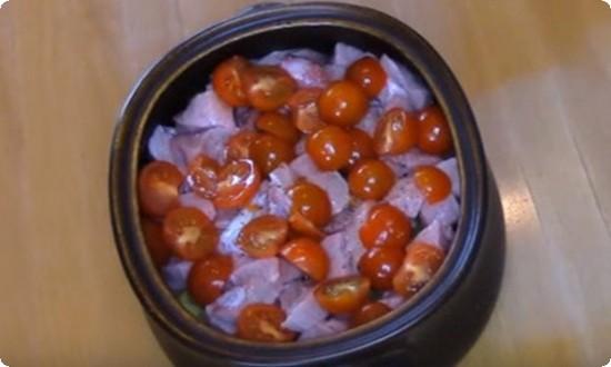 нарезаем в емкость помидоры
