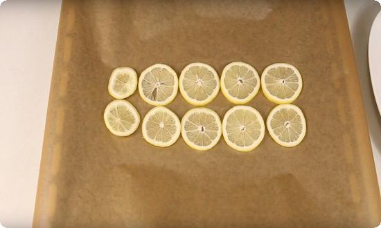 режем на дольки лимон