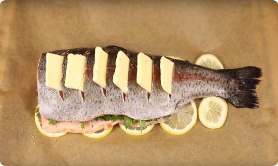 делаем надрезы в рыбе, вставляем кусочки масла