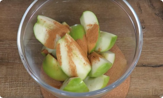 порезанные яблоки посыпаем корицей