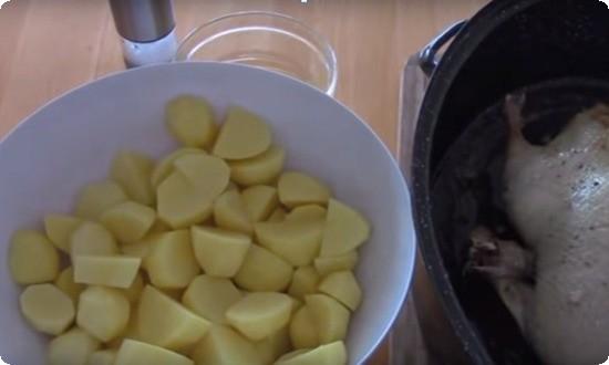 чистим,режем картофель