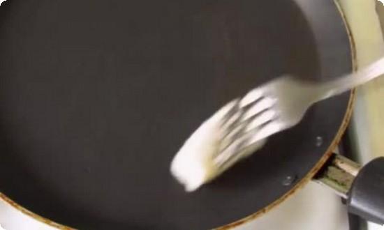 Разогреваем и смазываем растительным маслом сковороду