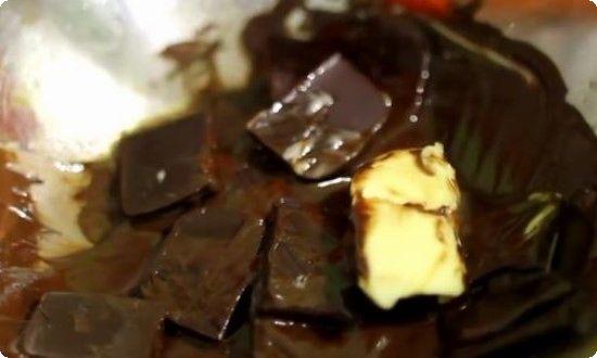 На паровой бане топим шоколад