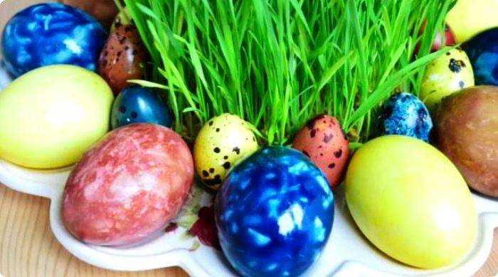 красим яйца натуральным красителями