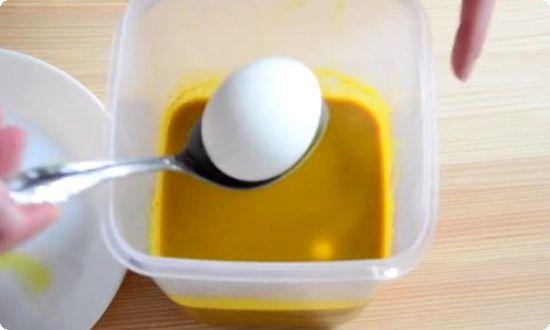 красим яйца в куркуме