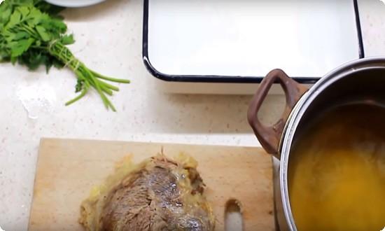 вынимаем мясо из бульона