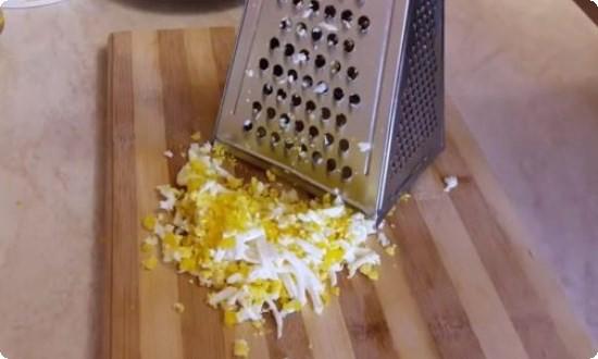 натираем на терке яйцо