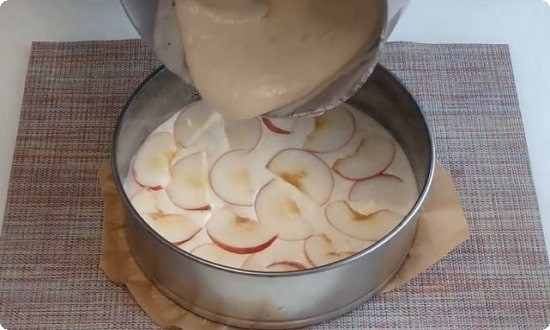 выкладываем яблоки и заливаем тестом