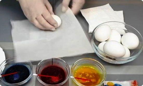 заворачиваем яйца салфетками