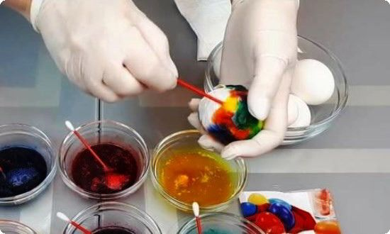 покрываем яйцо пятнами разных цветов