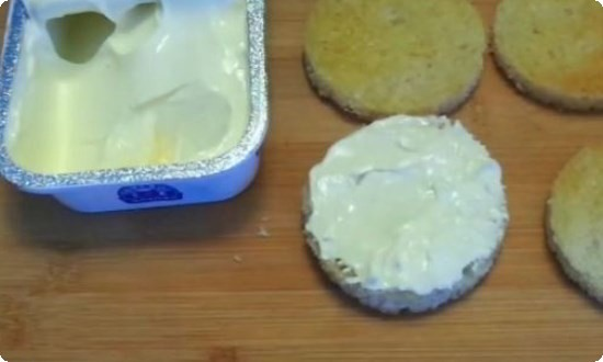 намазываем сливочным сыром