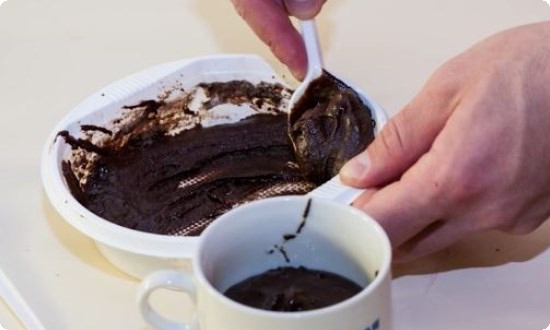 складываем массу в чайную чашку