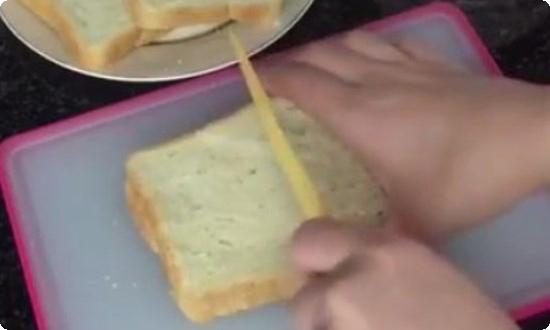 режем белый хлеб пополам