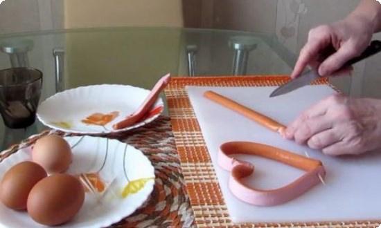 разрезаем сосиску вдоль