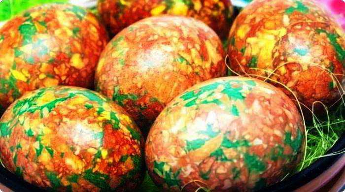 красим яйца в мраморный цвет